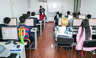 美迪淘宝培训学院-学员正在认真听老师讲课